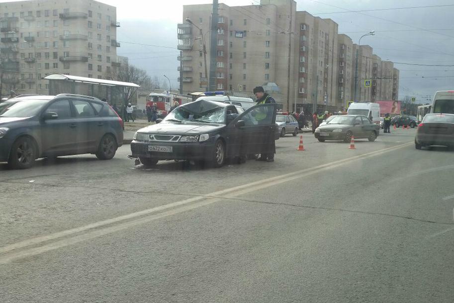 Видео спр.Ветеранов, где иностранная машина сбила 2-х пешеходов, опубликовали вглобальной web-сети