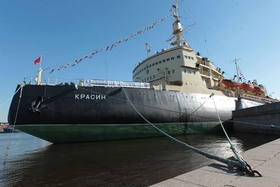 Наборту ледокола «Красин» провели молебен