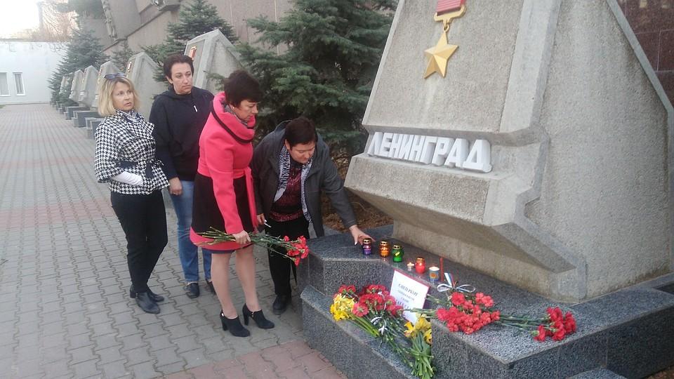 Петербуржцы имосквичи несут цветы впамять отрагедии вметро