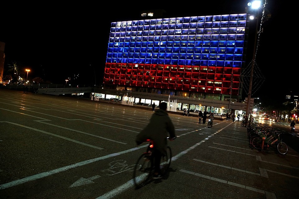 Мэрию Тель-Авива окрасили вцвет русского флага