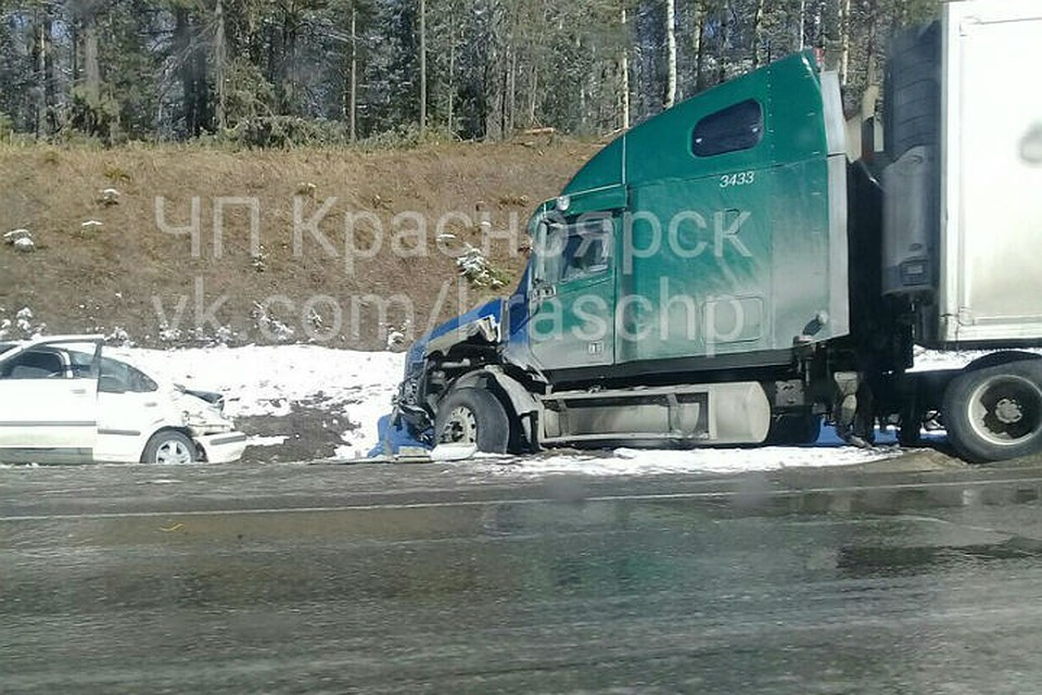 Шофёр ВАЗ-2114 столкнулся сбольшегрузом под Красноярском