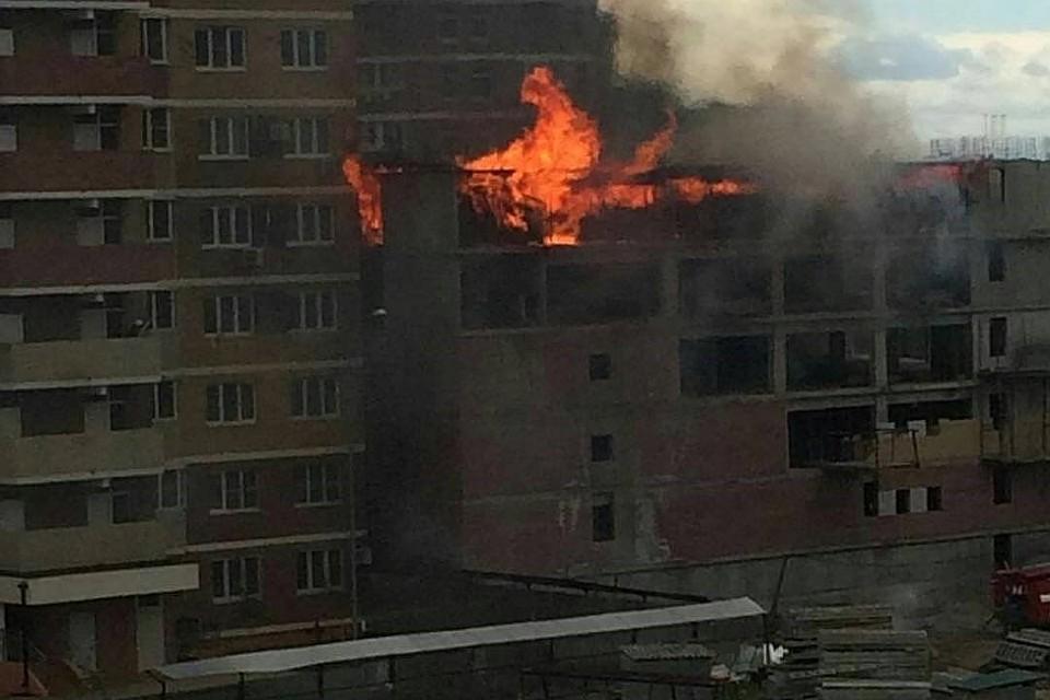 ВКраснодаре горел верхний этаж строящейся автопарковки