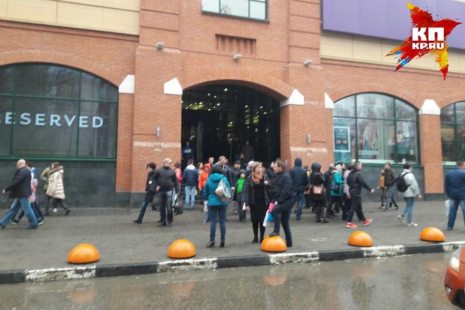 ВСаратове гостей торгового центра эвакуировали из-за сообщения обомбе