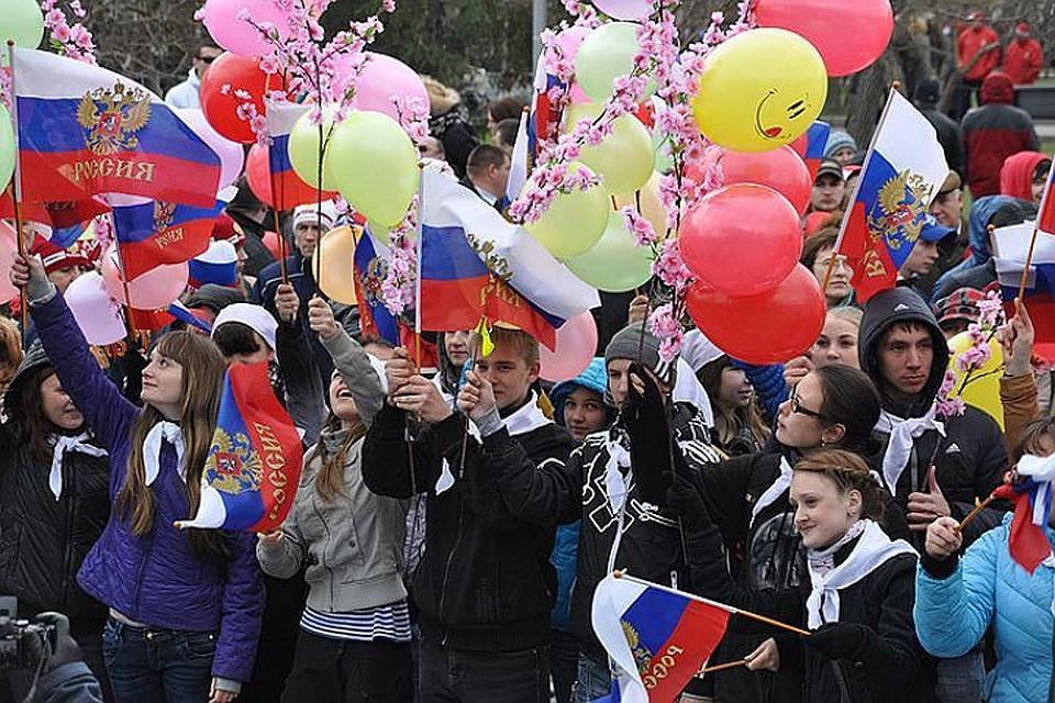 Солнечное 1Мая: поПетербургу прошлась торжественная колонна