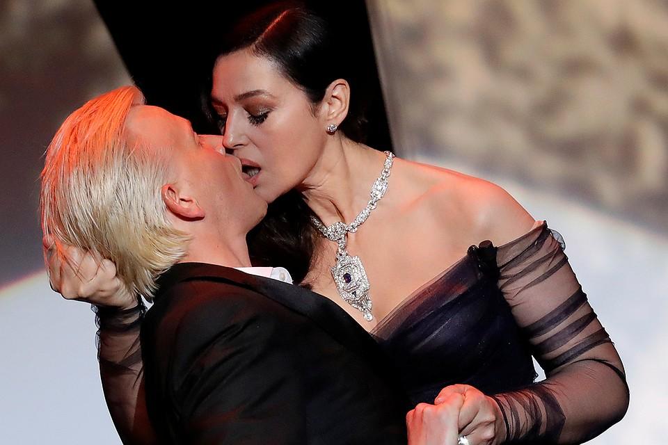 Моника Беллуччи показала настоящий секс, практически лишив чувств французского актера Алекса Лутца, подарив ему на сцене французский же поцелуй