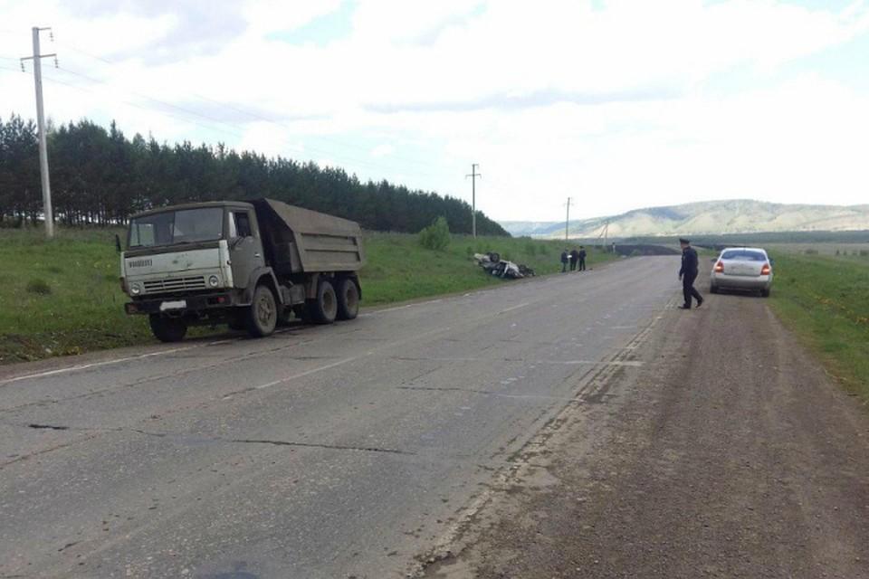 Фото смертоносного ДТП вБашкирии: КамАз раздавил легковушку, погибла 18-летняя автоледи