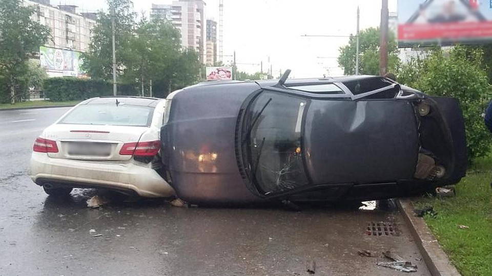ДТП напроспекте Парковый: ВАЗ опрокинулся после столкновения сMercedes