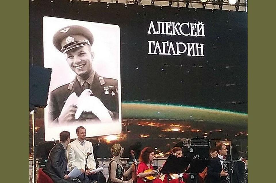 Сцену фестиваля вСамаре украсили портретом космонавта «Алексея» Гагарина