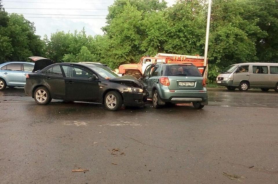 Появились фото: 57-летняя автоледи устроила ДТП влевобережье Новосибирска
