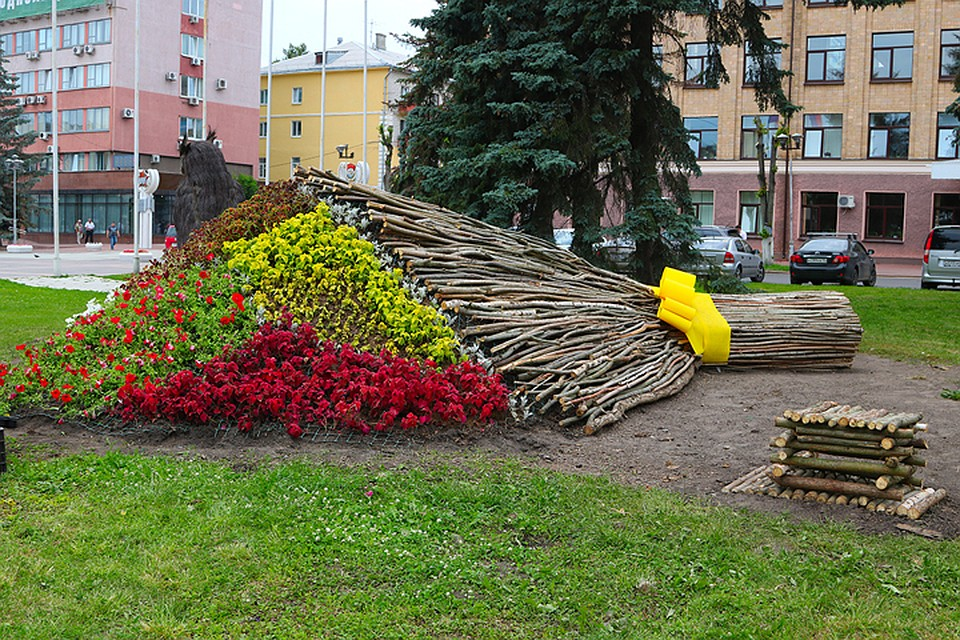 Нелепая конструкция наплощади Ленина вБрянске оказалась букетом цветов выпускникам