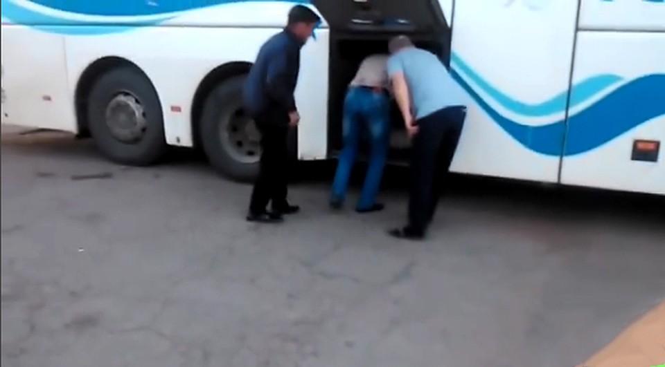Шофёр рейсового автобуса Краснодар-Астрахань перевозил людей вбагажнике