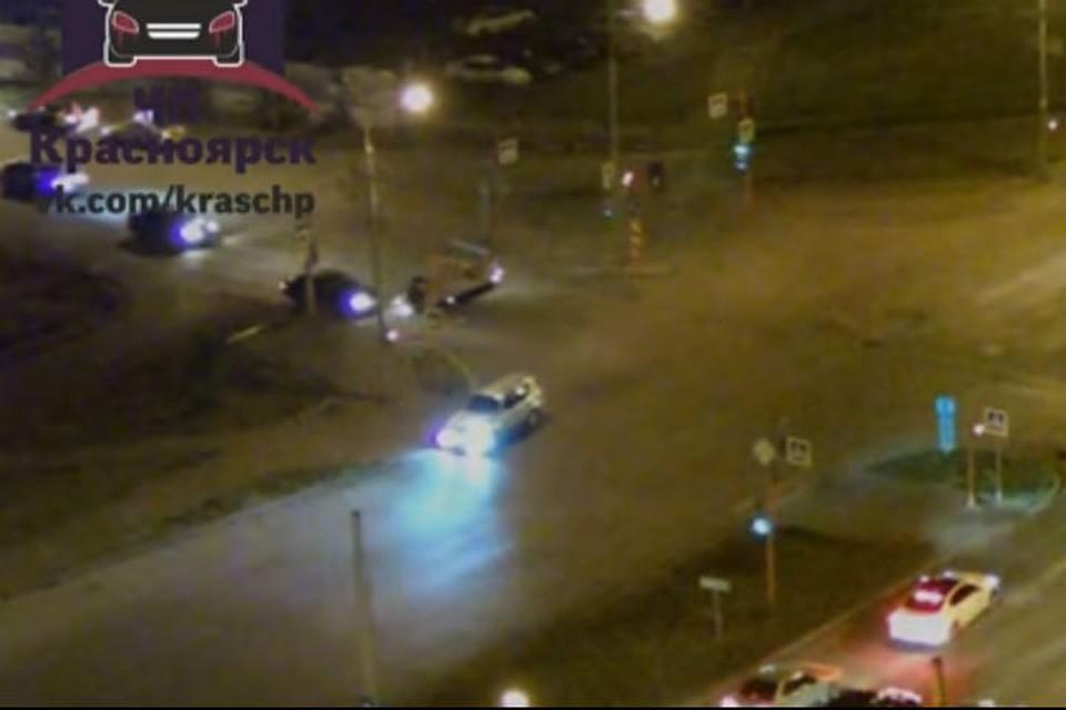 Шокирующее видео: вКрасноярске нетрезвый  шофёр  Тойота  протаранил Киа  сребёнком