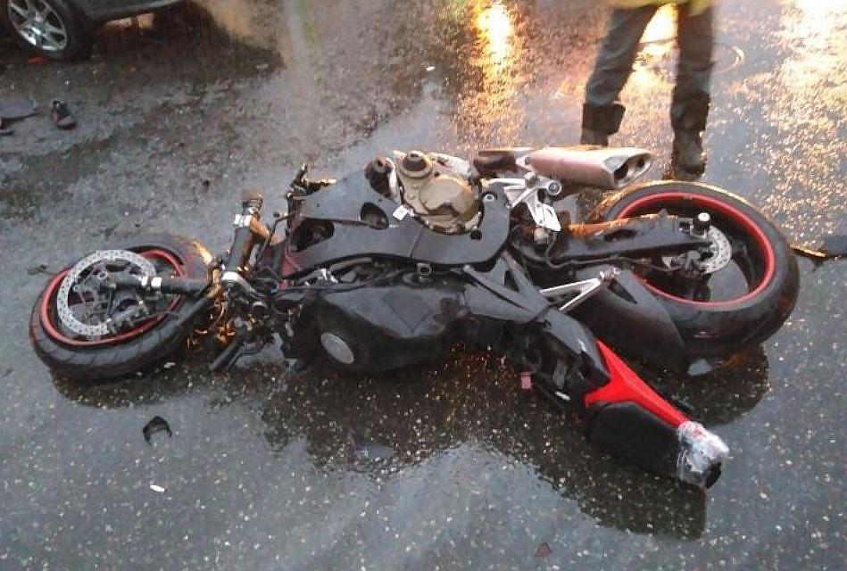 ВПерми мотоциклист без прав разбился вДТП соспецмашиной
