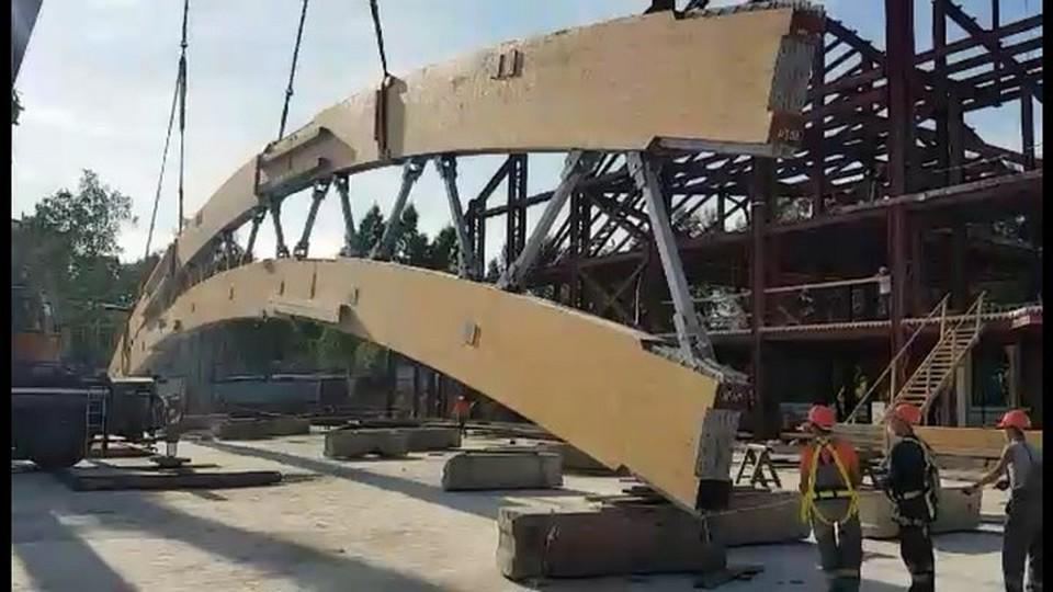 Настадионе «Енисей» установлена первая кровельная арка