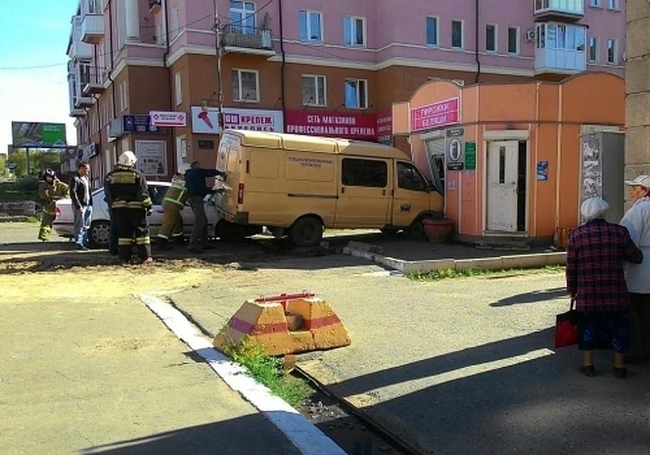 Вцентре Омска инкассаторская «ГАЗель» протаранила продуктовый киоск сбеляшами