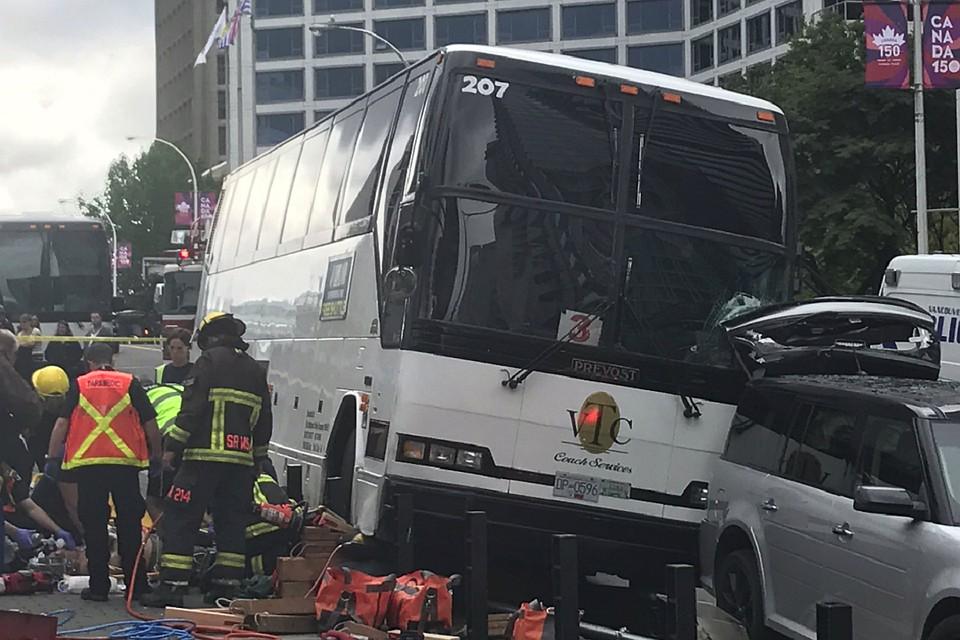 Автобус наехал натолпу людей вВанкувере
