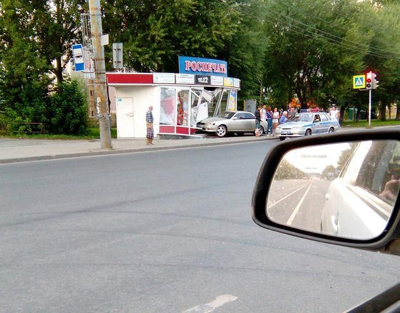 ВЧелябинске автомобиль врезался вкиоск «Роспечати»