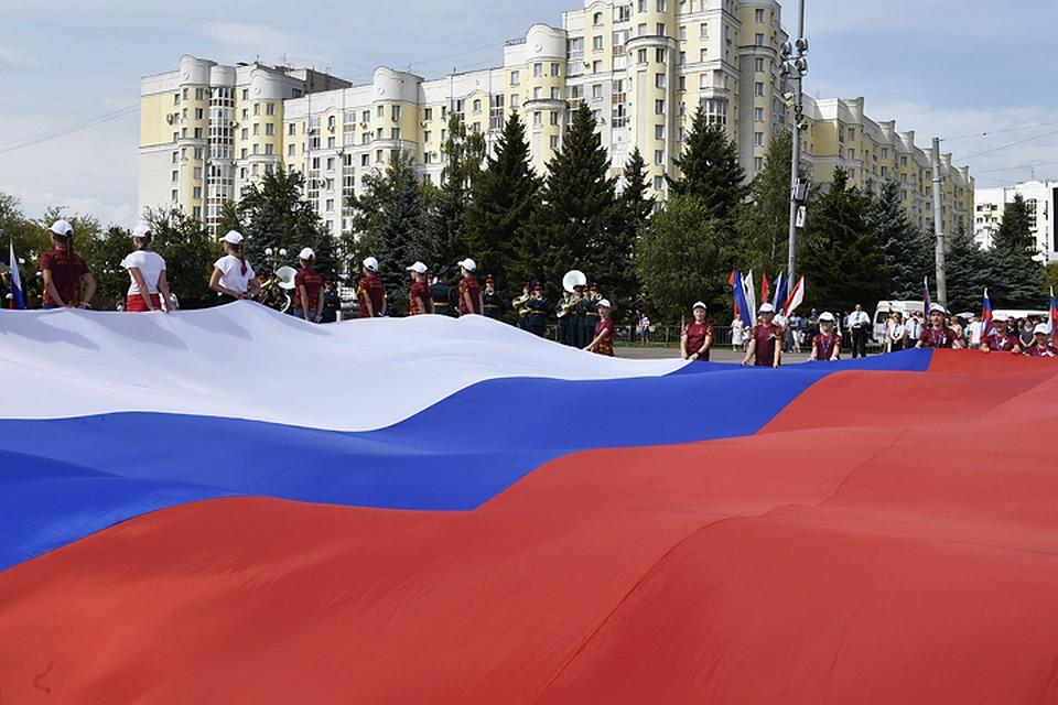 Наплощади Партизан вБрянске развернули немалый русский флаг