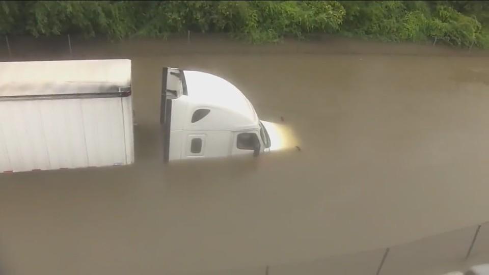 Журналистка спасла дальнобойщика, который чуть не потонул из-за урагана «Харви»