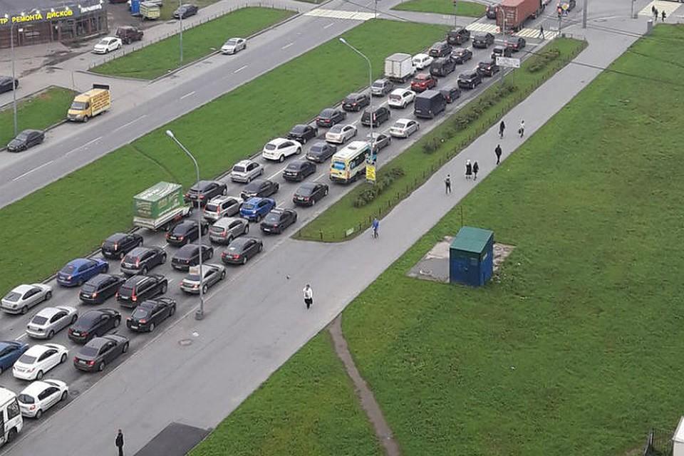 Петербургские владельцы автомобилей попали в огромную пробку наюго-западе города