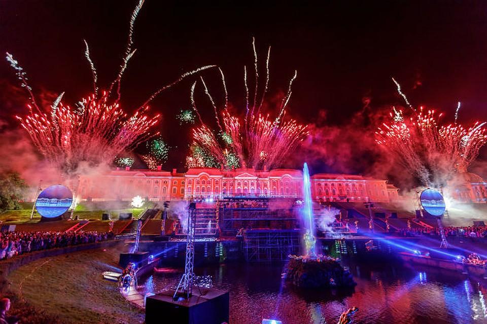 Колоссальным лазерным шоу закрылся сезон фонтанов в северной столице