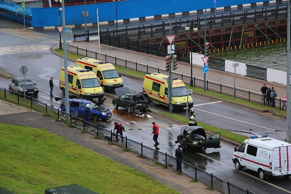 Два водителя попали в клинику после столкновения 3-х авто нанабережной Ижевска