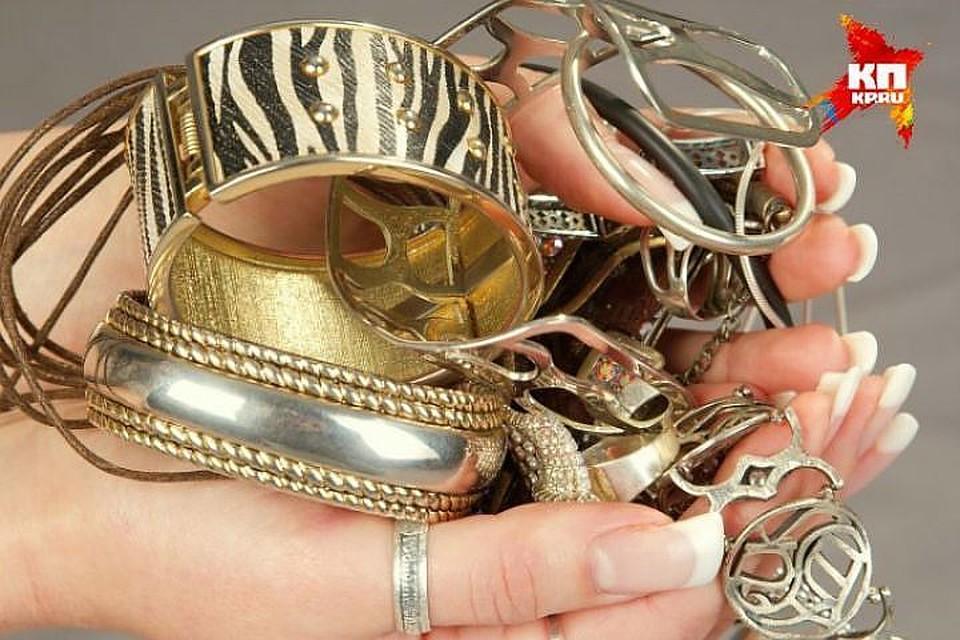 ВЛенобласти «покупатели» украшений ограбили женщину на2,7 млн. руб.