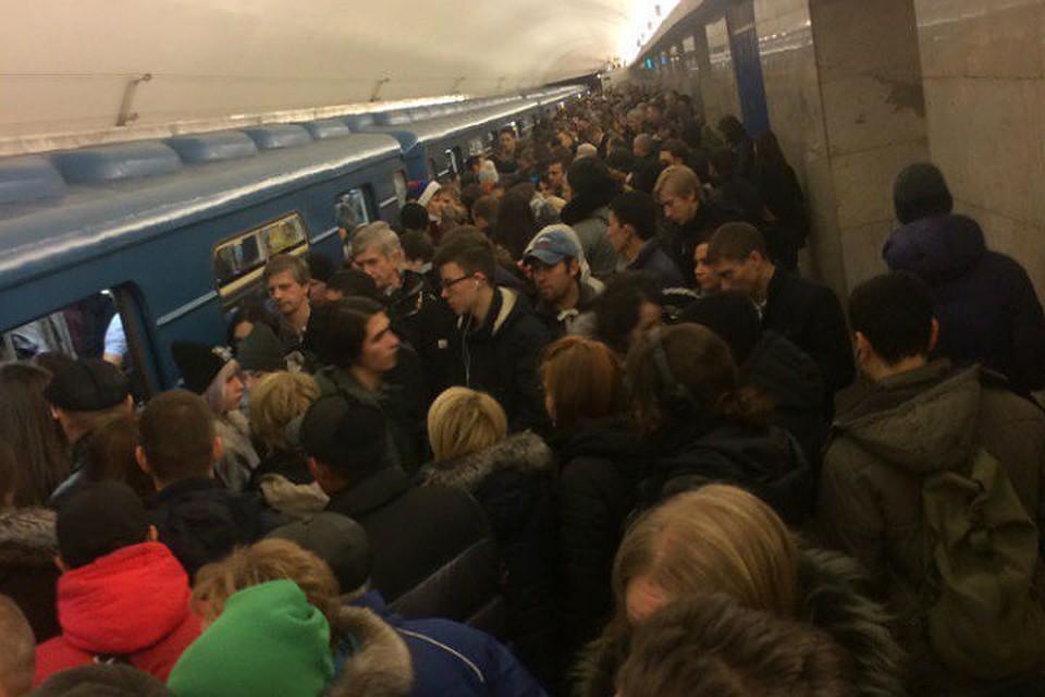 Пятничным утром насиней ветке метро Петербурга задерживаются поезда