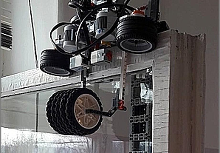 Красноярские школьники изготовили робота-мойщика окон