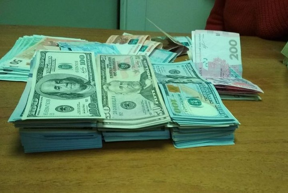 Украинка пробовала провезти вКрым под одеждой крупную партию валюты