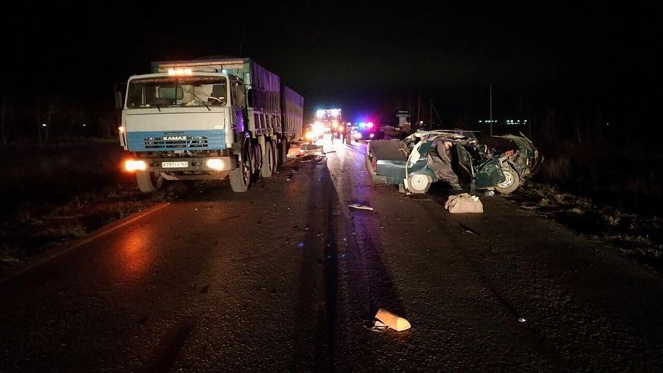 Ужасные  фото трагедии  вСамарской области: «семерка» влетела в«КамАЗ»