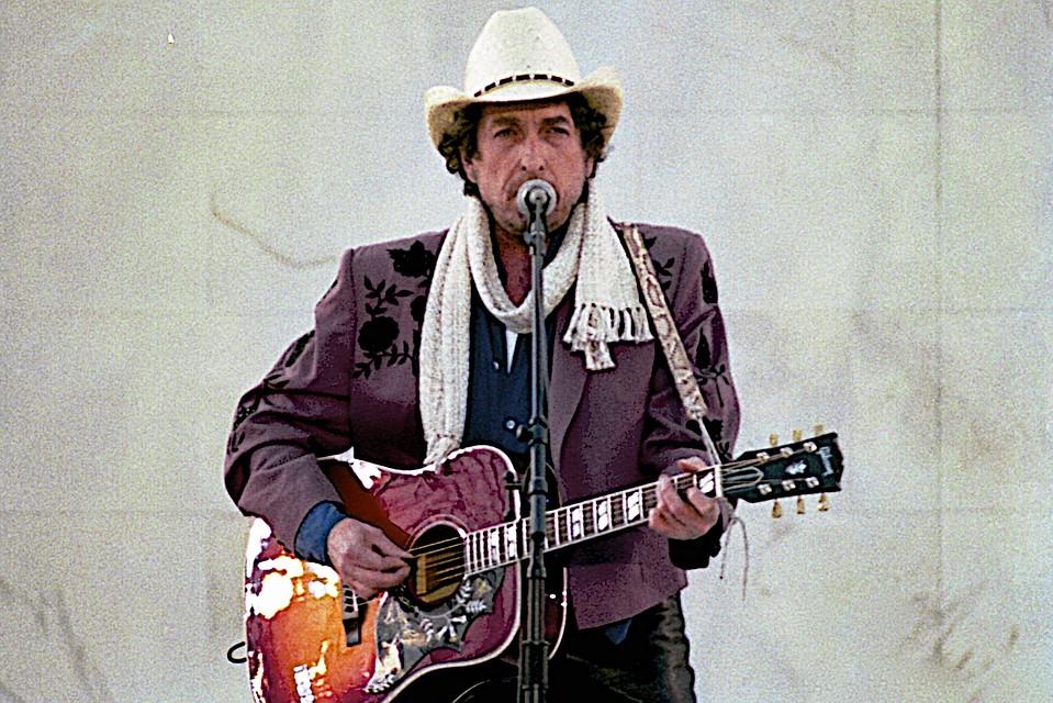 Изношенную гитару Боба Дилана продали нааукционе за $400 тыс.