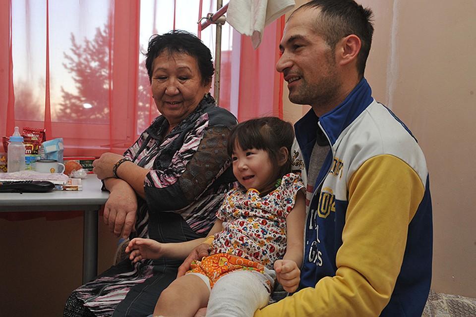 Трехлетнюю девочку, выжившую вавиакатастрофе под Хабаровском, выписали из клиники