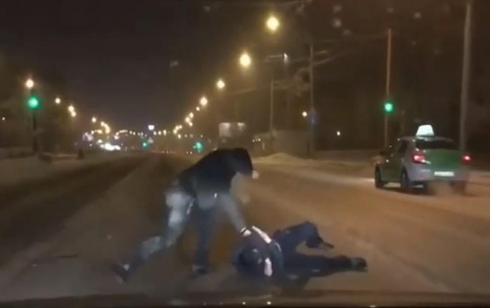 ВКрасноярске прямо напроезжей части избили неспособного сопротивляться мужчину