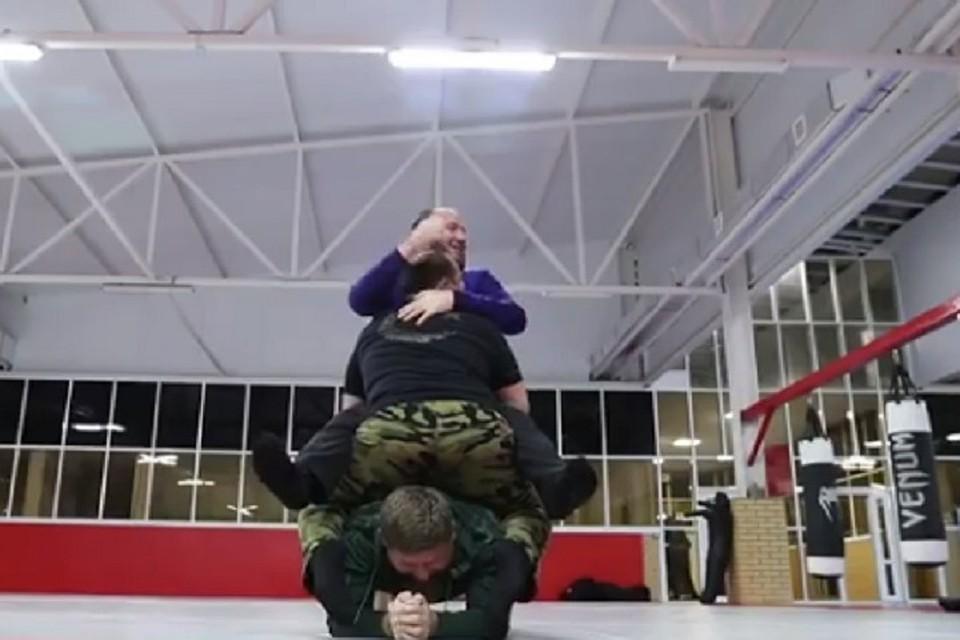 Емельяненко-младший проиграл удержавшему наспине четырех человек Кадырову
