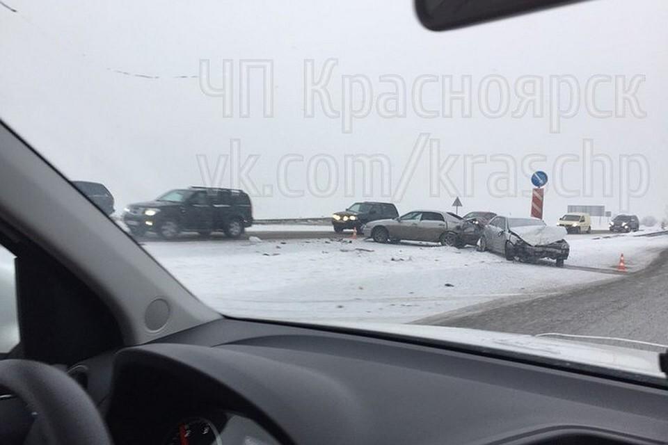 Под Красноярском нагололеде столкнулись 4 машины
