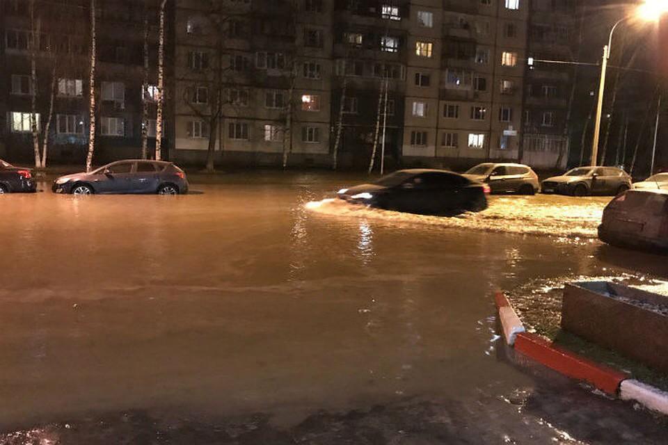 НаМаршала Новикова вПетербурге машины «плавали» поулице из-за лопнувшей трубы