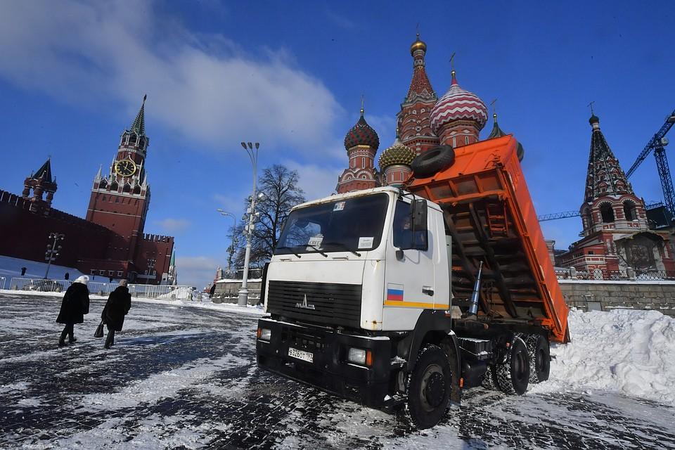 Неменее 9 тыс. спецмашин устраняют последствия снегопада в российской столице