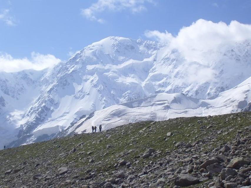 Cотрудники экстренных служб эвакуируют астраханского альпиниста, сорвавшегося наЭльбрусе