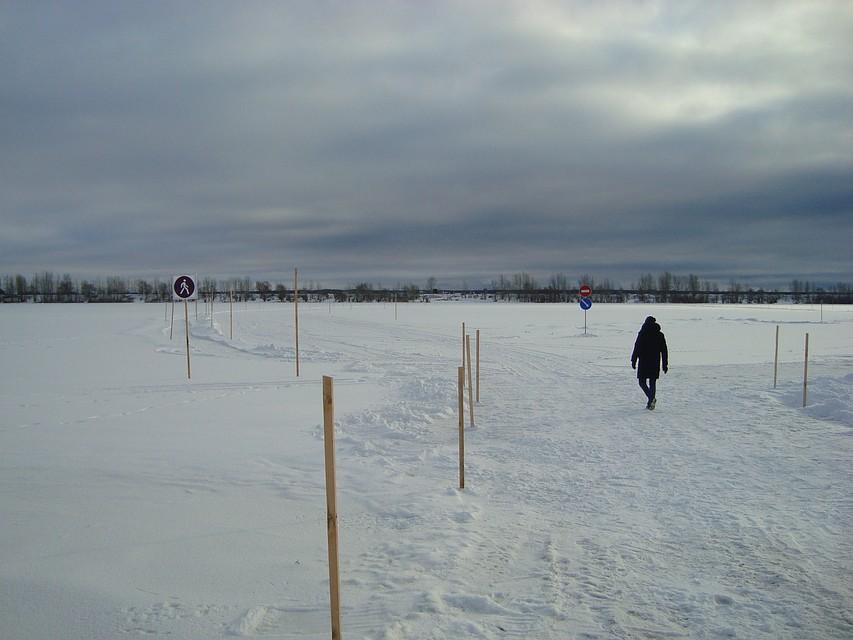 На ледовой переправе нельзя останавливаться делать рывки развороты обгоны