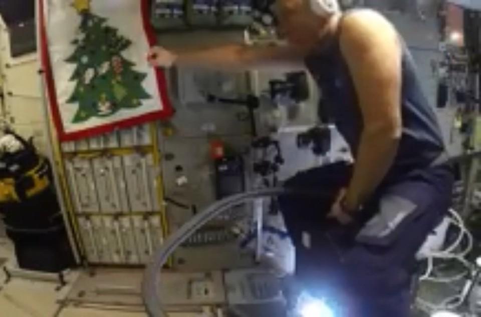 Космонавт Шкаплеров провел «летные тестирования пылесоса»