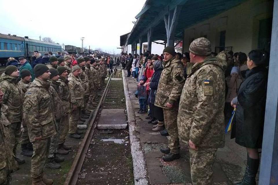 Украинские войска переводят сДонбасса вЗакарпатье