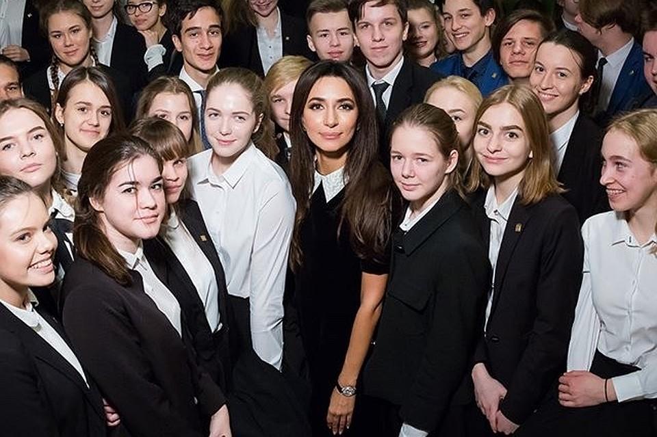 Эстрадная певица Зара открыла новый проект Putin Team