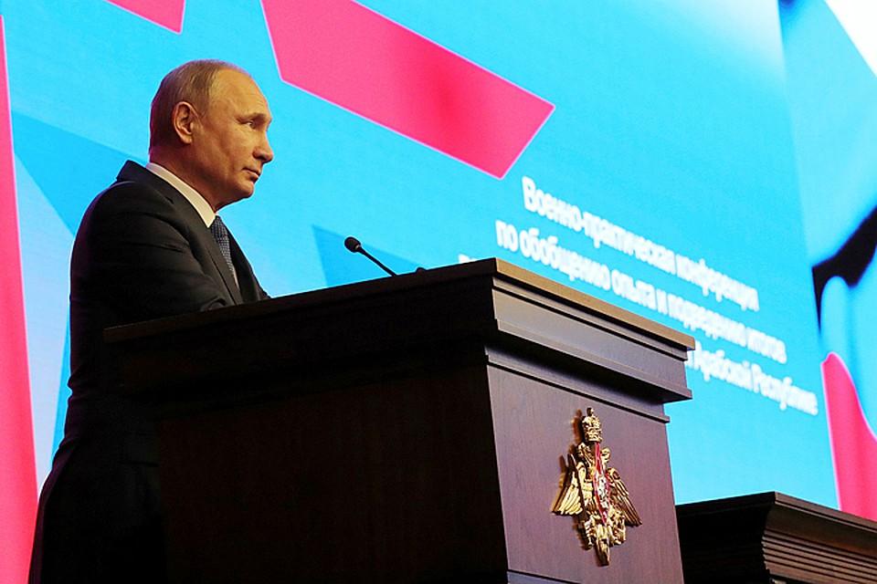 Путин осмотрел выставку, посвященную результатам операции вСирии
