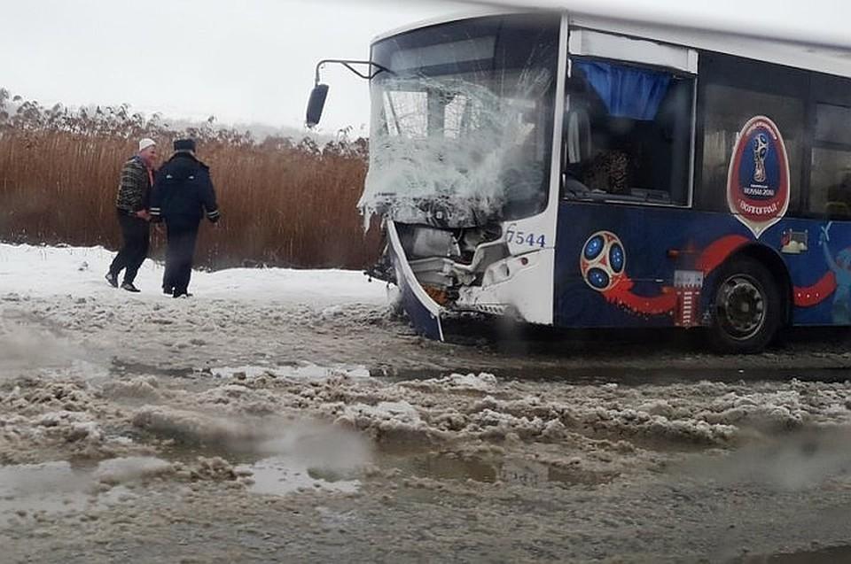 «Шевроле Нива» столкнулась савтобусом вВолгограде: есть пострадавшие