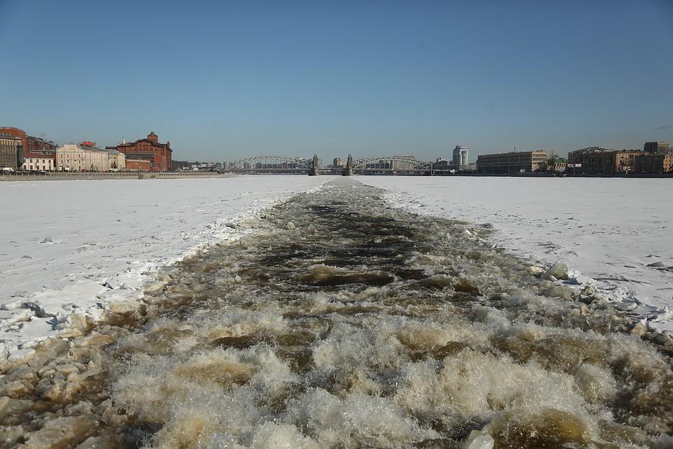 МЧС начало вскрывать лед вПетербурге