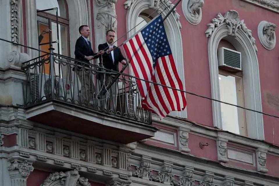 Флаг США сняли сГенконсульства вСанкт-Петербурге