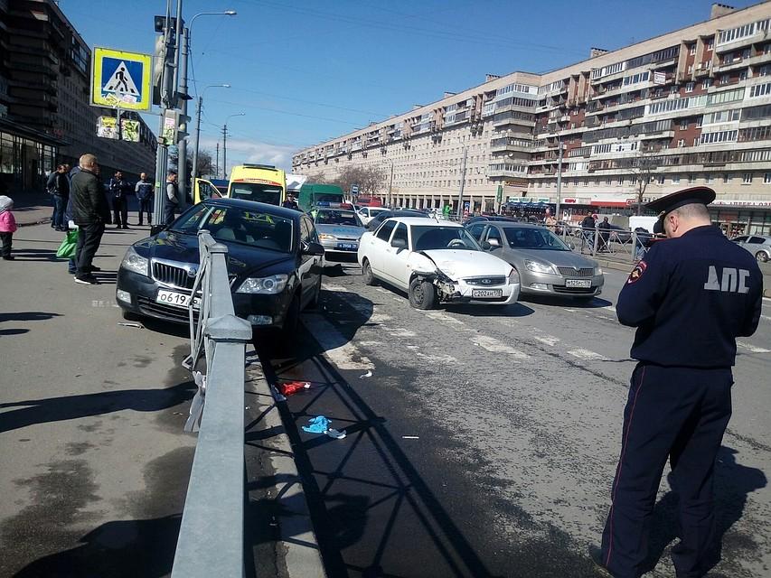 НаБухарестской улице вПетербурге иностранная машина врезалась втолпу пешеходов