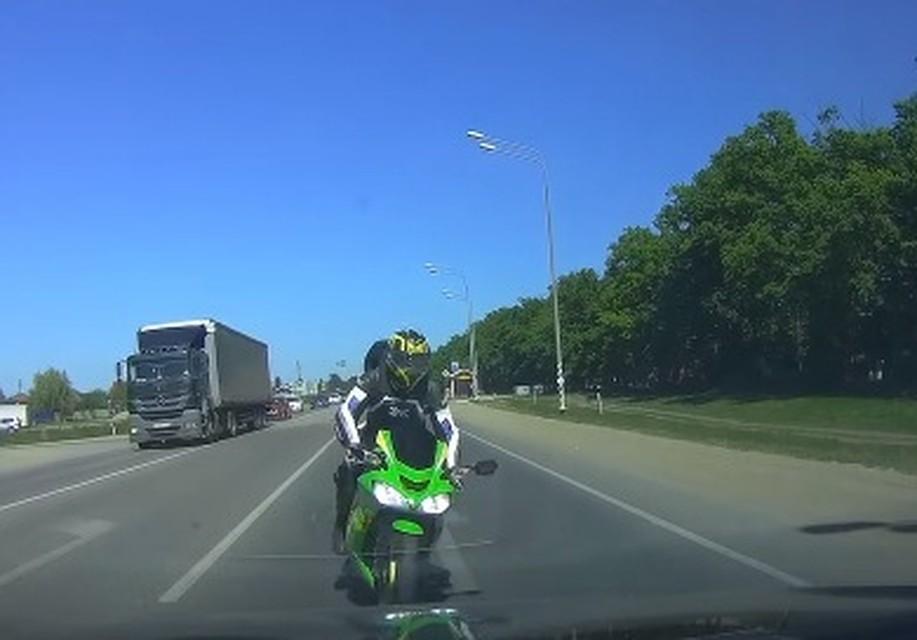 ВКраснодаре мотоциклист уворачивался отпешеходов ивъехал вмашину навстречке