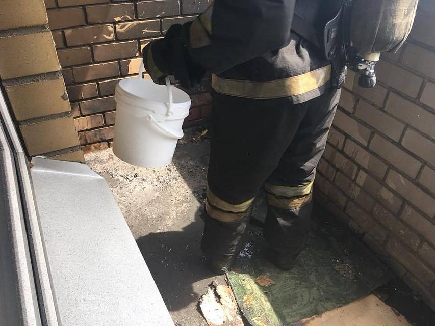 ВВоронеже пожарные эвакуировали жильцов многоэтажки из-за пожара набалконе